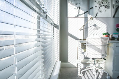https://www.thehousedesigners.com/articles/images/What-Are-the-Best-Materials-for-Window-Blinds
