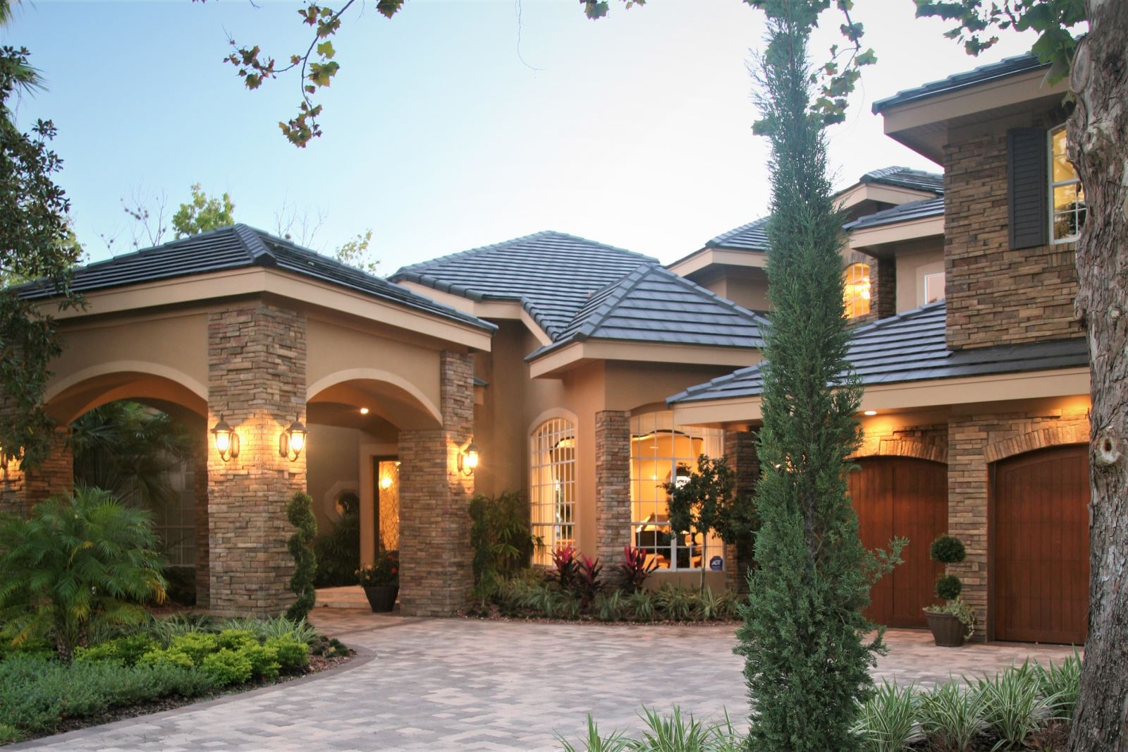 Lovely home with rear pool for Porte cochere home plans